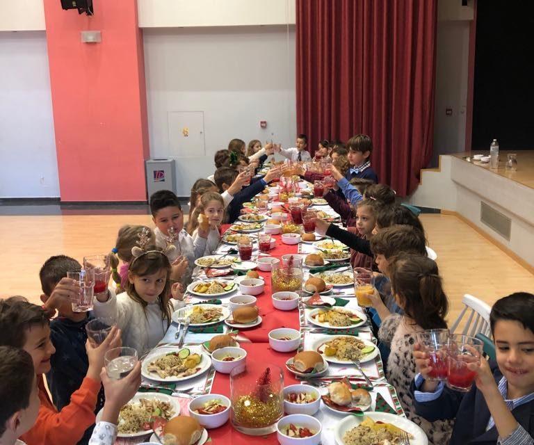 Η Β' Δημοτικού υποδέχθηκε την εορταστική περίοδο με ένα Επίσημο Χριστουγεννιάτικο Γεύμα
