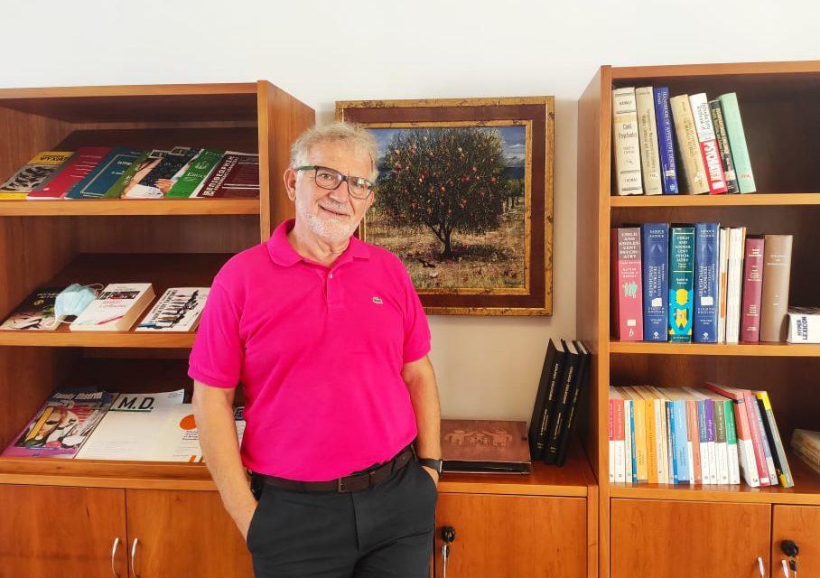 Ο κορυφαίος παιδοψυχίατρος Δ. Καραγιάννης στο Infokids.gr: «Με ποιο δικαίωμα θέλουμε να προστατεύσουμε τα παιδιά από τη μάσκα;»